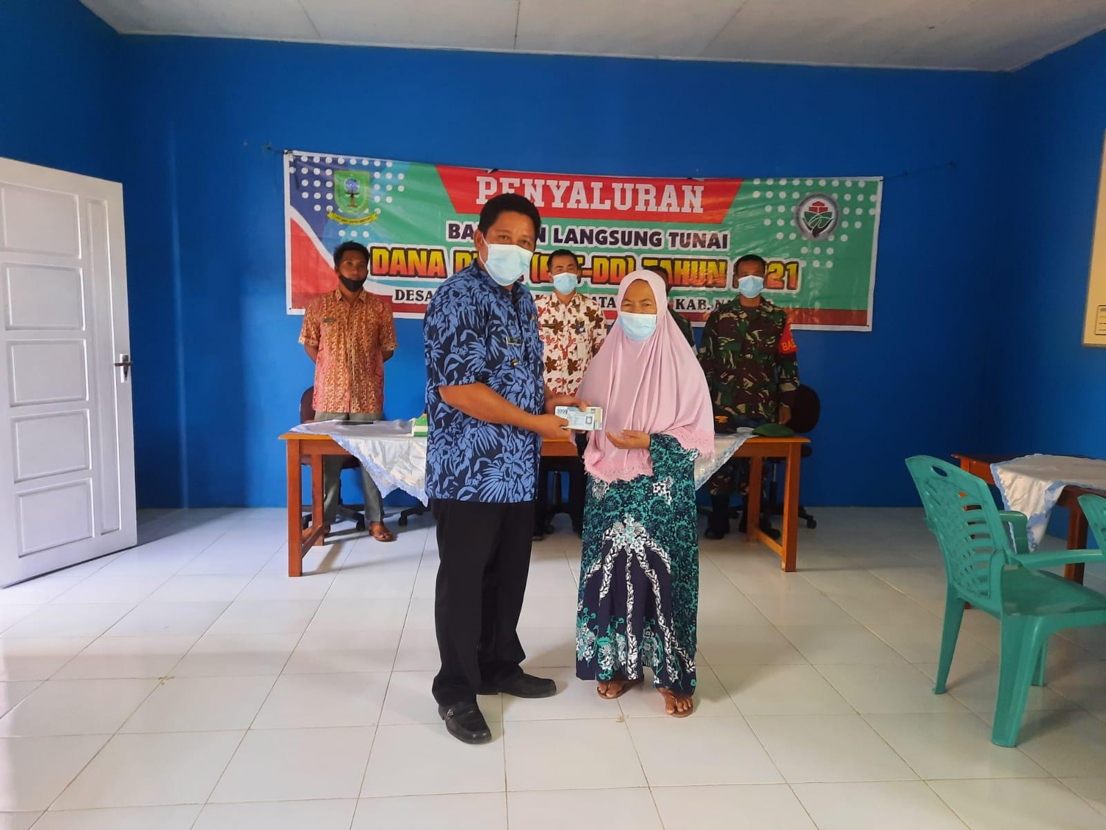 Kepala Desa Subi Besar Salurkan BLT DD Tahap IV